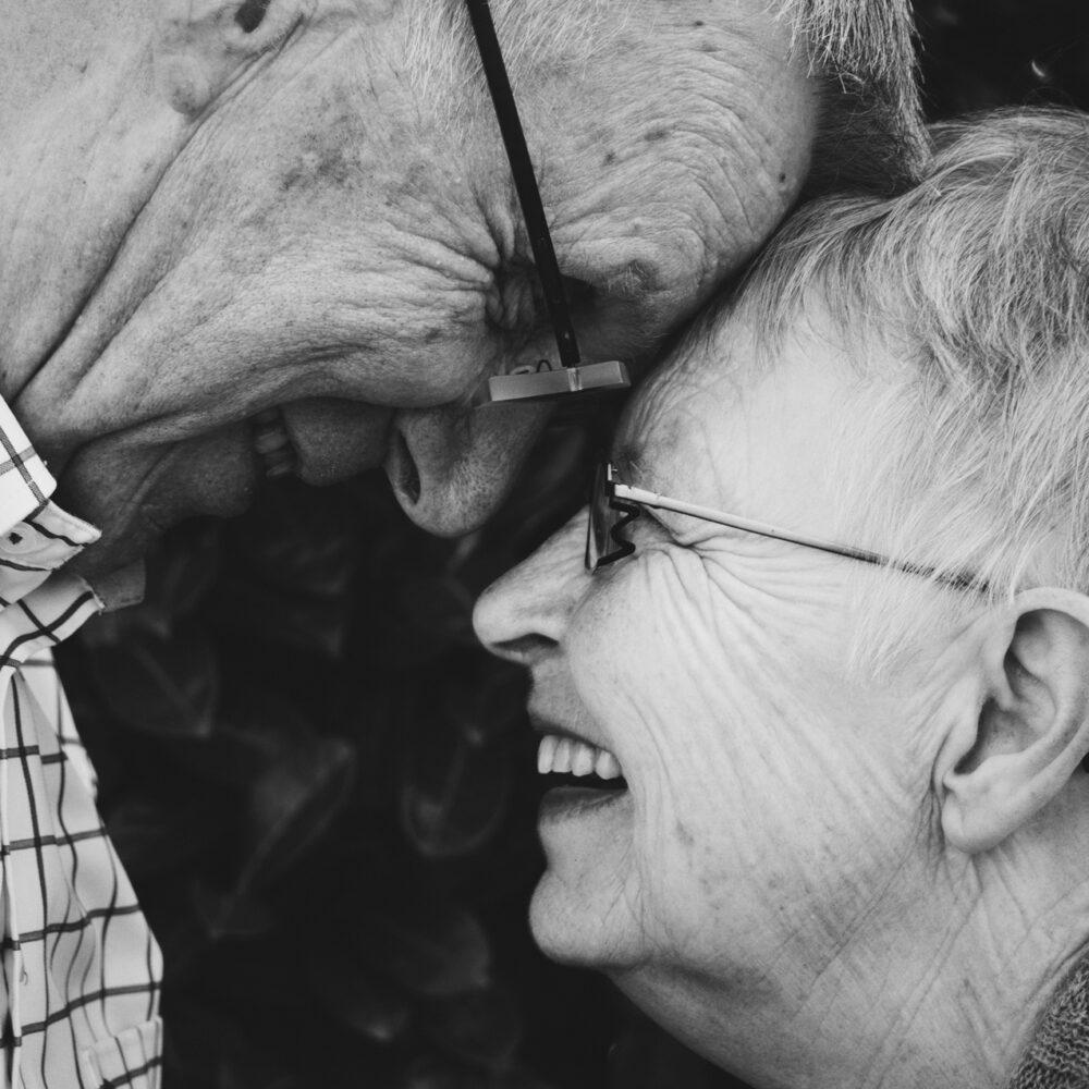 Ældre ægtepar smiler til hinanden